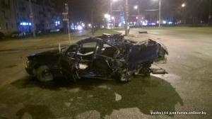 BMW ночью разбилось вдребезги о столб в центре Бреста. Водитель погиб. Очевидец: машину натурально порвало