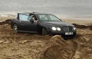 Россиянин на Bentley застрял в песке на британском пляже (ВИДЕО)